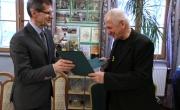 Burmistrz przekazuje wzmacniacz dla krótkofalowców