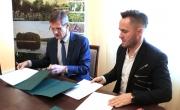Burmistrz podpisuje umowę