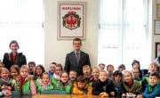 Burmistrz z przedszkolakami
