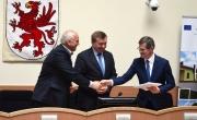 Burmistrz po podpisaniu umowy