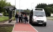 dzieci w zatoczce autobusowej